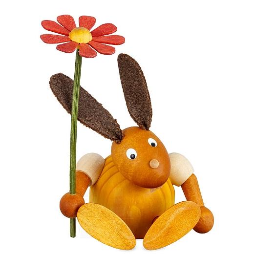 Hase gelb mit Blume sitzend 7 cm