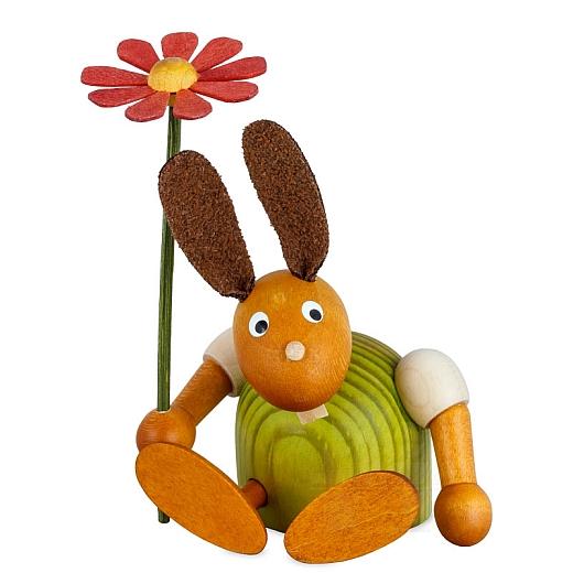 Hase grün mit Blume sitzend 7 cm