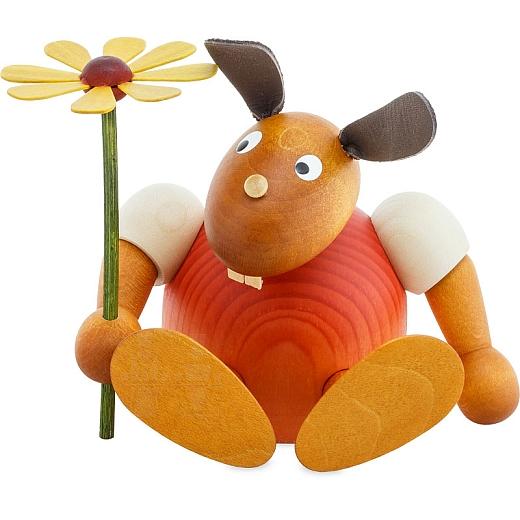 Hase rot mit Blume sitzend 11 cm