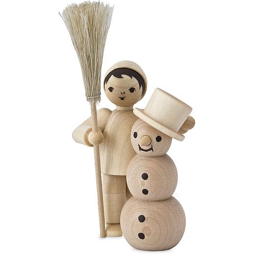Junge mit Schneemann und Besen • natur