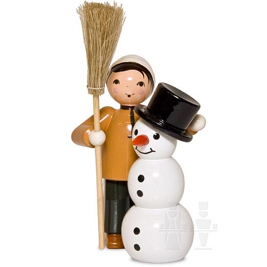 Junge mit Schneemann und Besen braun