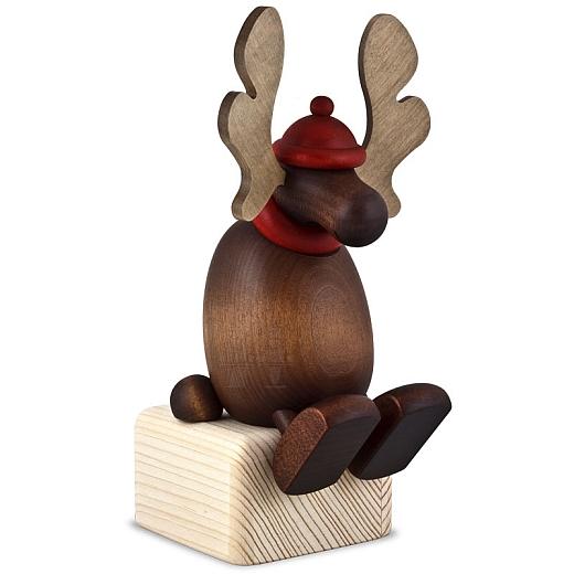 Elch Olaf auf Kante sitzend