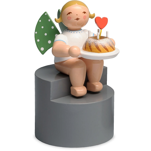 Engel mit Kuchen auf Podest