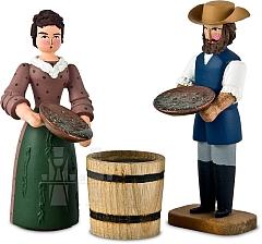 Mann und Frau mit Wasserfass