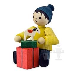 Geschenkejunge sitzend • gebeizt