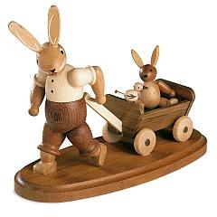 Hasenvater mit Kind auf Bollerwagen, klein natur