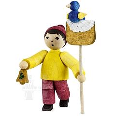 Vogelfütterung Junge mit Schneeschaufel gebeizt