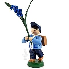 Frühjahrsblumenjunge mit Traubenhyazinthe