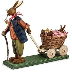 Osterhasengroßvater mit Hasenbaby rot im Wagen