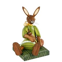 Hasenmädchen Kleid grün sitzend mit Puppe