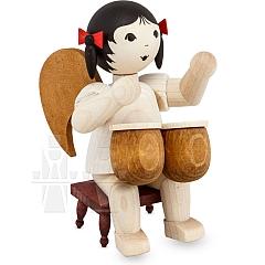 Schleifenengel mit Bongos sitzend auf Hocker gebeizt