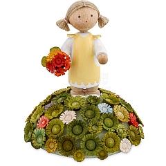 Mädchen mit Blumenstrauß auf Blumenhügel