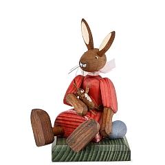 Hasenmädchen Kleid rot sitzend mit Puppe