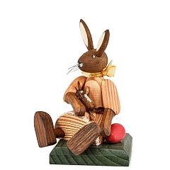Hasenmädchen Kleid orange sitzend mit Puppe