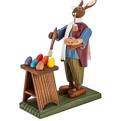 Osterhasengroßvater beim bemalen von kleinen Eiern