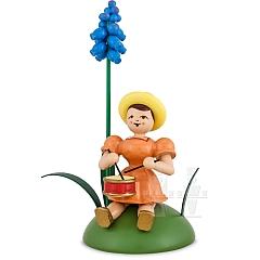 Blumenkind farbig sitzend mit Traubenhyazinthe und Trommel