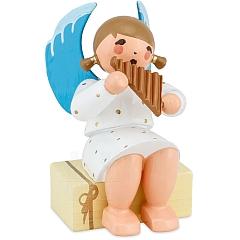 Engel sitzend auf Geschenkpaket mit Panflöte weiß