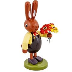 Hase mit Blumenstrauß und brauner Hose 8 cm