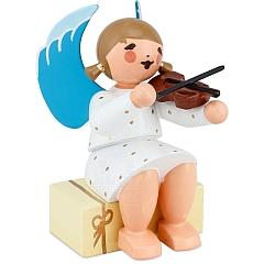 Engel sitzend auf Geschenkpaket mit Geige weiß