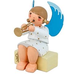 Engel sitzend auf Geschenkpaket mit Trompete weiß