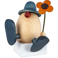 Eierkopf Vater Alfons mit Blume auf Kante sitzend tanzend blau 15 cm